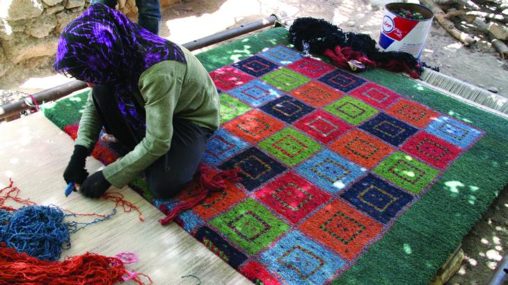 ギャッベを織る女性